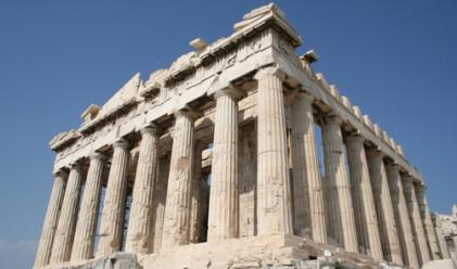 Банков служител скочи от Акропола в Атина