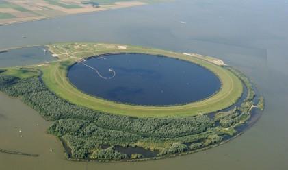 Невероятно съоръжение складира мръсотия в средата на езеро