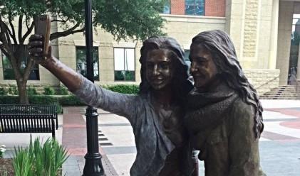 Как изглежда първият в света паметник на селфи снимките?
