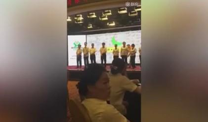 Служители на китайска банка бяха напляскани за лошо представяне