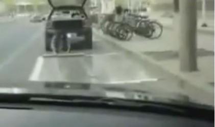 Тази жена вози фалшиво паркомясто в багажника си