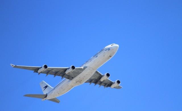 Самолет кацна извънредно в Кьолн, задържани са трима души
