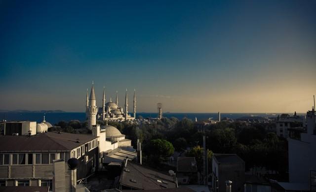 Трима загинали и 35 ранени при пожар в хотел в Истанбул
