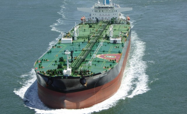 Корабен магнат надушва край на срива при петрола