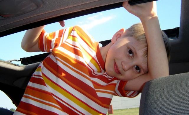 За колко време кола, паркирана на слънце, може да убие дете?
