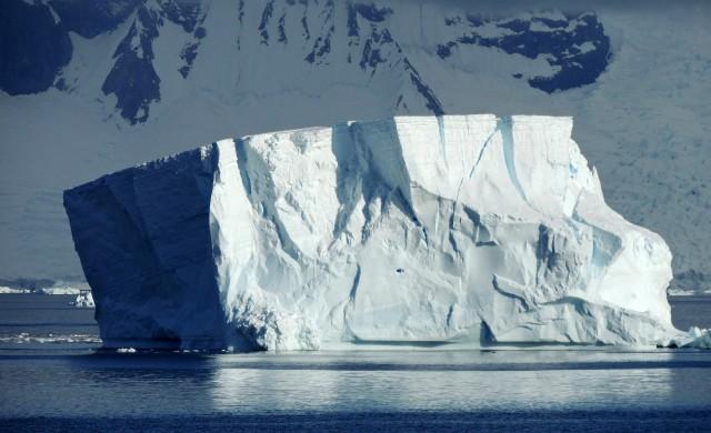 Антарктида се топи с 200 милиона тона на година