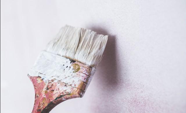 Напукана боя и петна по стените в интериора – какво да правим?