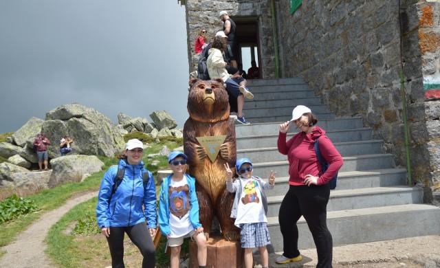 Двуметрова дървена мечка радва децата на Витоша