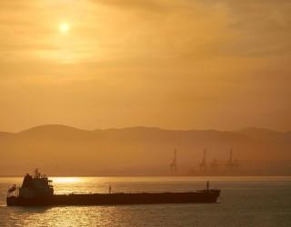Взрив на петролни танкери оскъпи петрола с 3%