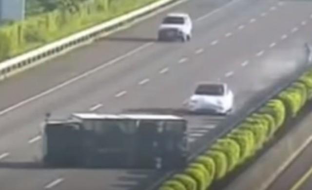 Tesla на автопилот се заби в обърнат на пътя камион (видео)