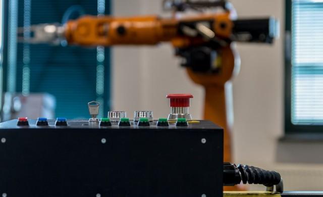 Робот взима безопасно проби за COVID-19