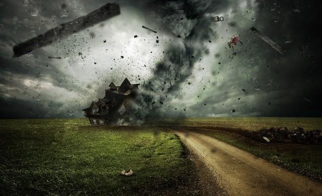 Торнадо помете Чехия, има жертви (видео)