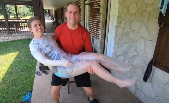 Мъж опакова жена си в кухненско фолио за рекорд на Гинес (ВИДЕО)