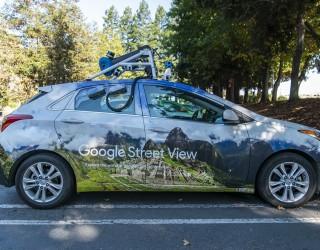 Роднините, които замръзнаха във времето в Google Street View
