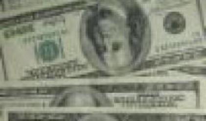 Доларът продължава рекордния си спад