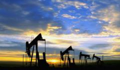 Петролът се задържа над 123 долара за барел