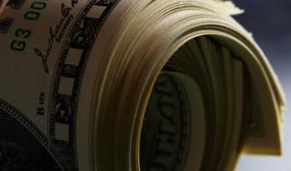 Ръст на петрола и акциите поставят отново долара под натиск