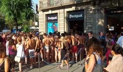 500 полуголи испанци на опашка за промоция