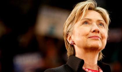 Хилари Клинтън загуби бас, праща ябълки в Япония