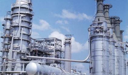 Месечен спад в производството на безоловен бензин и дизел
