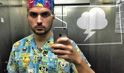 Украински пластичен хирург си прави селфита с пациенти в операция