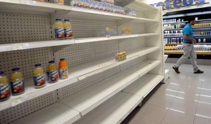 Венецуелци се втурнаха да купуват храни и лекарства в Колумбия