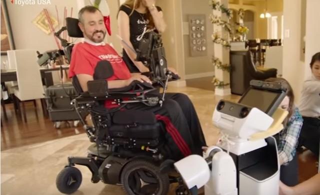 Робот на Toyota успешно асистира на парализиран военен (видео)