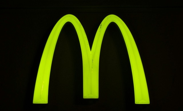 McDonald's уволни служител, снимал мръсна машина за сладолед