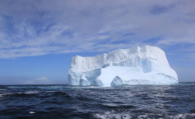Рибари се натъкват на нещо невероятно върху плаващ айсберг