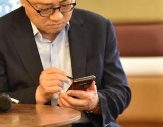Уловиха шефа на Samsung с Galaxy Note 9 в ръце