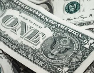 Доларът поскъпва, златото поевтиня до едногодишно дъно