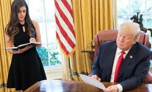 Колко печели 28-годишната директорка на Овалния кабинет на Тръмп?