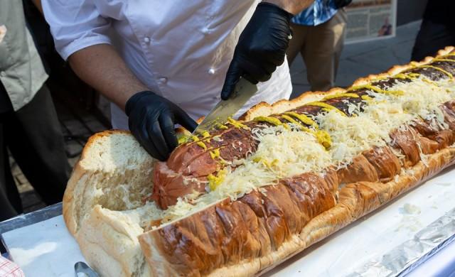 Най-големият хотдог в света е дълъг 1.5 метра и тежи 30 кг