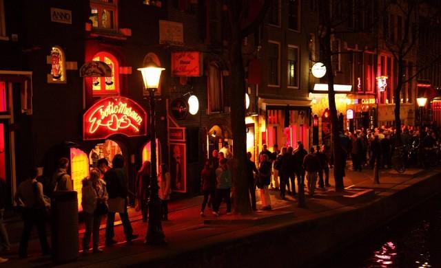 Кметът на Амстердам закрива квартала на червените фенери?