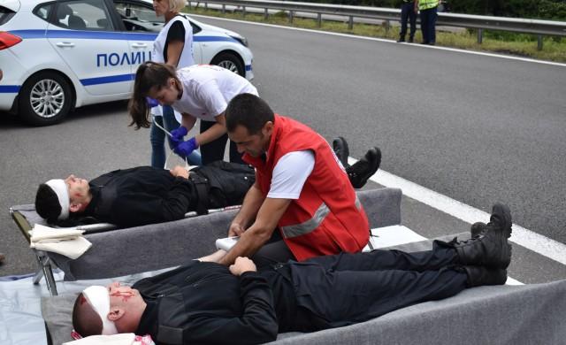 Над 50 души симулираха катастрофа в тунел на Хемус (снимки)