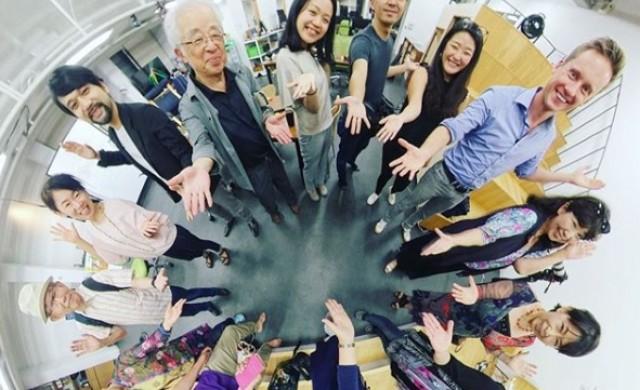 Възрастните японци обикалят света без да стават от стола