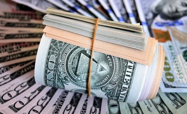 Доларът поскъпва, подпомогнат и от поевтиняването на паунда