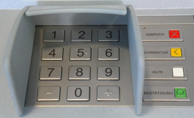 Нови такси в Гърция: До 30 евро за теглене от банкомат