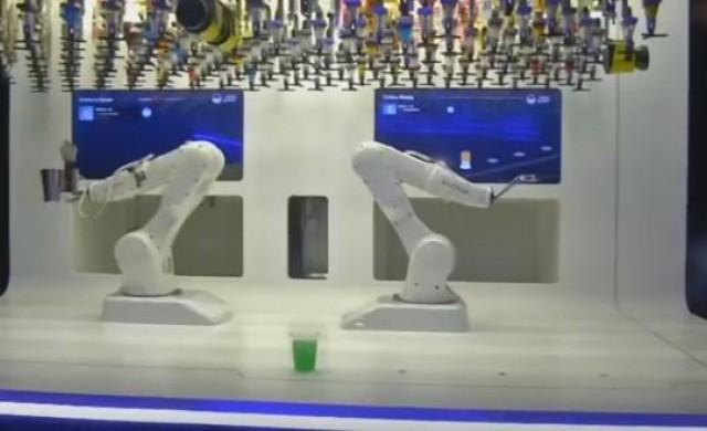 Чешки клуб разчита на роботозиран барман, който забърква коктейли
