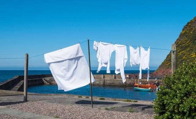Пет хитри начина за избелване на пожълтели дрехи без химикали