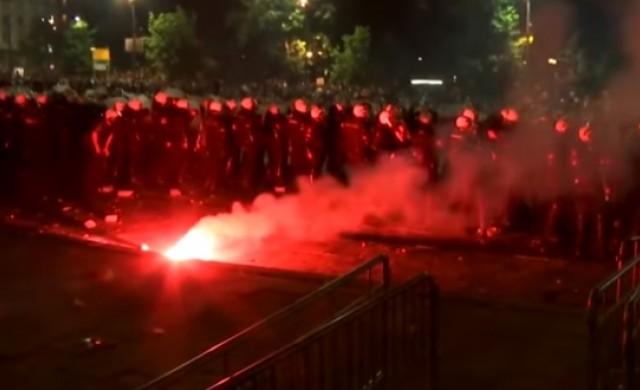 Протестиращи щурмуваха сръбския парламент