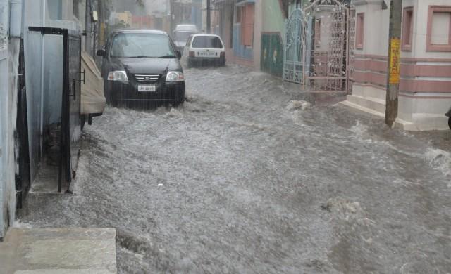 Наводнение в Драгалевци, след като багер спука магистрален водопровод