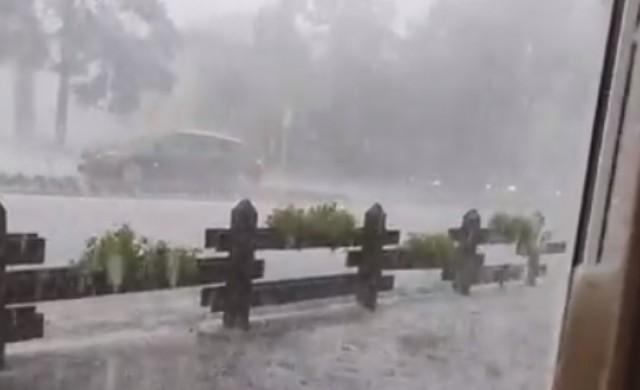 Порои и мощна градушка удариха Северна Румъния (видео)