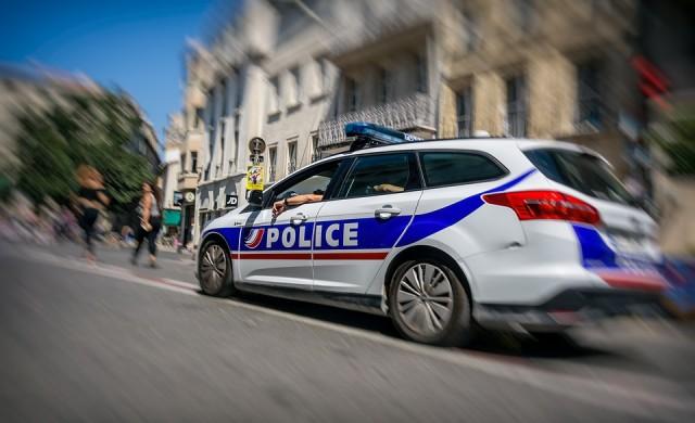 Защо щатските полицаи докосват спрените коли?
