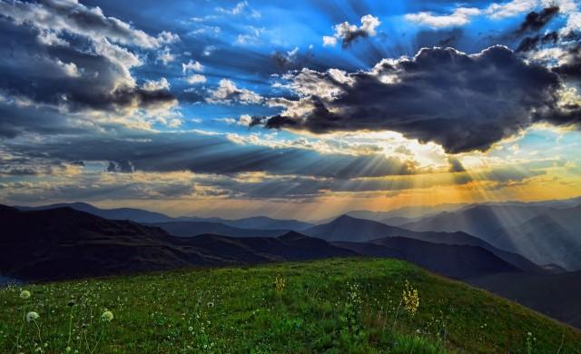 От площадката на Софарджика погледът се спира на пет планини