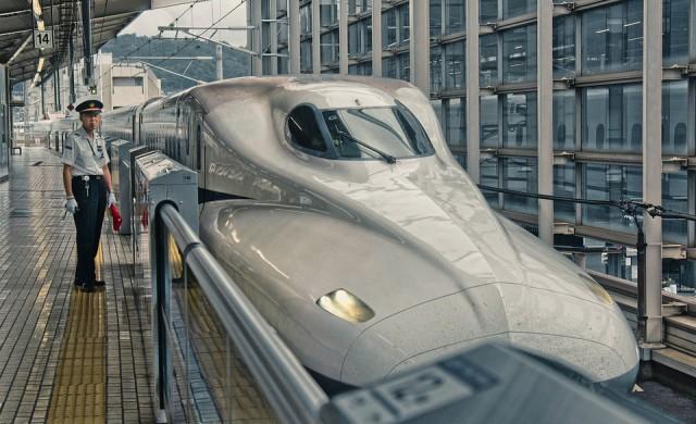 Влак с максимална скорост 600 км/ч представиха в Китай