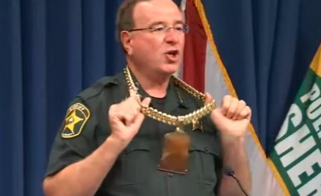 Шериф сложи златна верига и започна да рапира по време на пресконференция