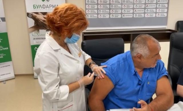 Бойко Борисов се ваксинира срещу COVID-19