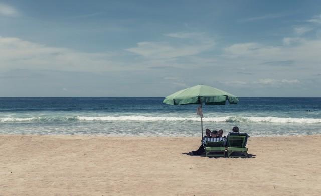Безплатна сянка: Туристи си разменят касови бележки за чадъри и шезлонги
