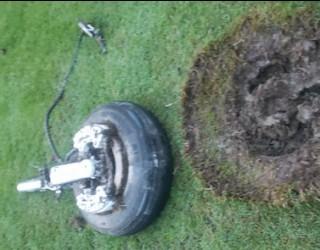 Колесник се откъсна от самолет и падна върху голф игрище